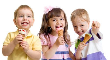 comiendo helado: niños felices o grupo de niños con el helado aislado en blanco