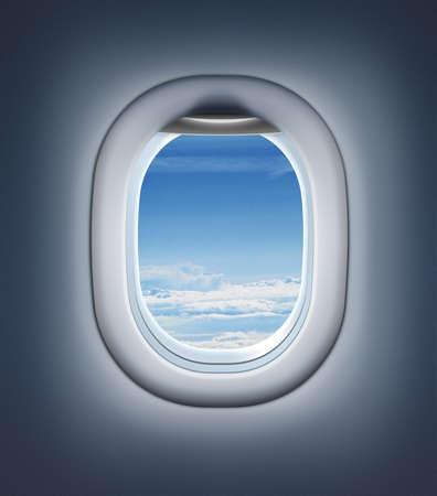 Flugzeuginnen oder Jet-Fenster mit Wolken und Himmel.
