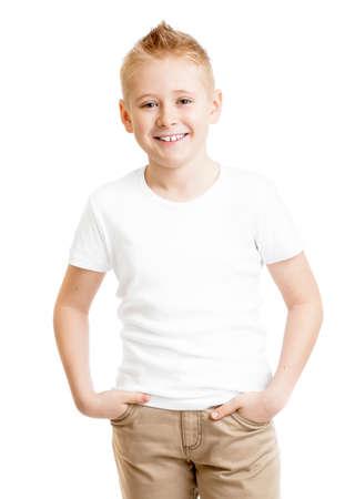 bambini felici: ragazzo modello bello in maglietta bianca in piedi vista frontale isolato