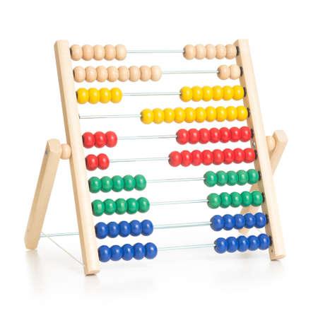 abacus: kolorowe liczydło zabawki dla dzieci samodzielnie na białym tle