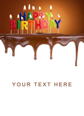 tortas de cumpleaños: Feliz cumpleaños encendió velas en plantilla de la torta de chocolate Foto de archivo
