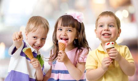 Grupo de niños divertidos bromeando con helado en la parte Foto de archivo - 27673349
