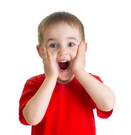 격리 된 빨간색의 tshirt에 놀란 어린 소년 초상화
