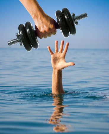 ahogarse: Dando mancuerna a hundirse hombre en lugar de la ayuda Para empeorar concepto