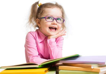 hyperopia: Ragazza divertente bambino in occhiali da lettura di libri Archivio Fotografico