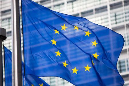 EU-Flagge vor Berlaymont-Gebäude-Fassade