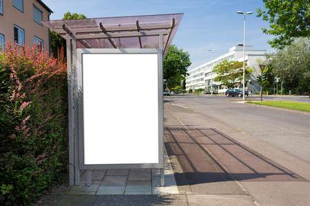 parada de autobus: Parada cartelera o afiche, blanco, blanco. El camino de recortes es incluido. Foto de archivo