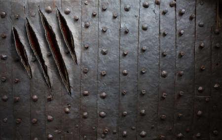 garra: arañazos de garras monstruo en la pared de metal o puerta de fondo