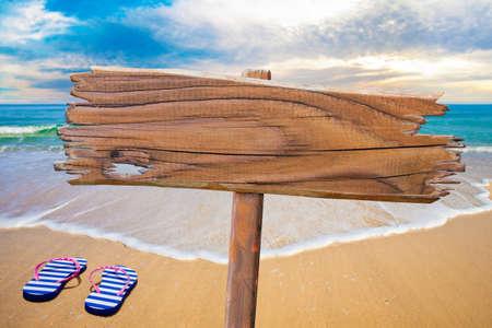 ビーチで古い木製看板