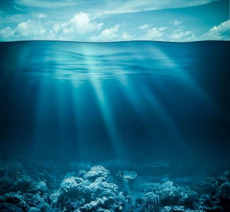 submarino: Bajo el agua del fondo marino de arrecifes de coral y las aguas superficiales con el cielo Foto de archivo