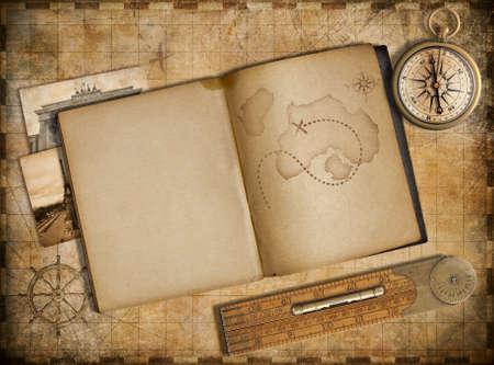 treasure map: Aventura y el concepto de viaje. Mapa de cosecha, cuaderno y brújula