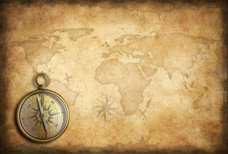 brujula: latón antiguo o compás de oro con el mapa del mundo de fondo