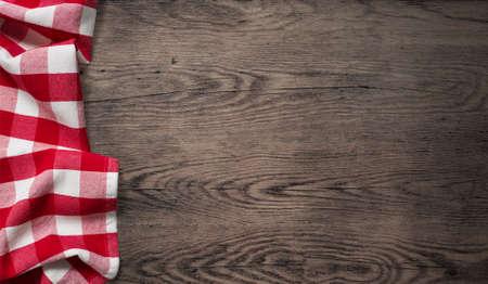 trompo de madera: mantel de picnic en la vista superior de la mesa de madera vieja Foto de archivo