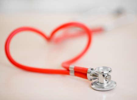 estetoscopio corazon: Estetoscopio médico rojo en forma de corazón