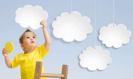 attach: Kid con escalera adjuntando nubes al cielo