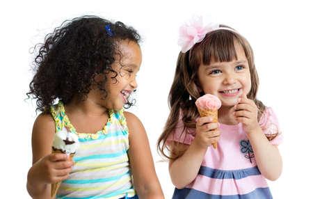 ni�as gemelas: ni�os felices comiendo helado aislados en blanco