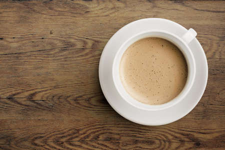 filizanka kawy: Filiżanka kawy na drewnianym stole