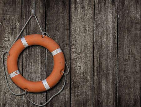 暗い木製の背景に救命浮輪