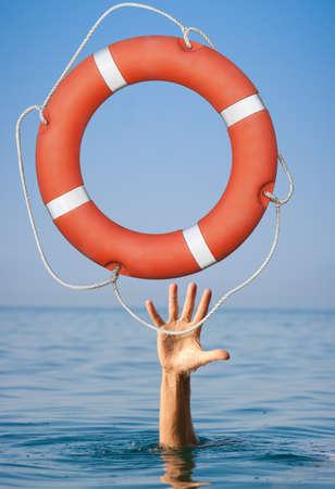 Retournement pour noyer la main de l'homme en pleine mer ou de l'eau de l'océan.