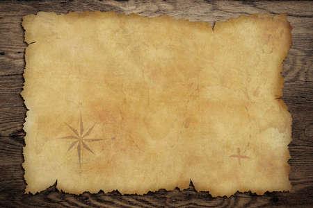 parchemin: Vieux parchemin carte au tr�sor de pirates sur bois fond Banque d'images