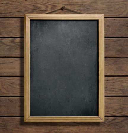 marco madera: Envejecido pizarra menú colgado en la pared de madera