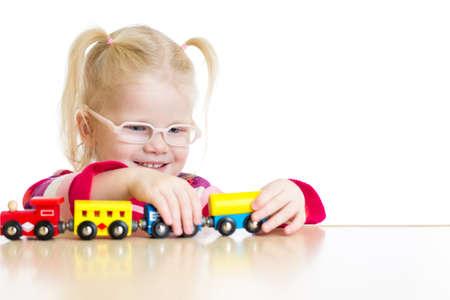 hyperopia: Bambino in occhiali giocano trenino isolato su bianco