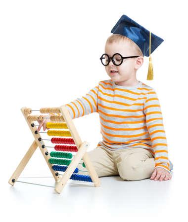 Aventuras en la graduación de la tapa y gafas con ábaco colorido aislados en blanco