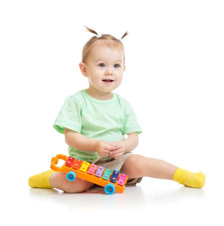 xilofono: beb� divertido jugando con xil�fono aislado Foto de archivo