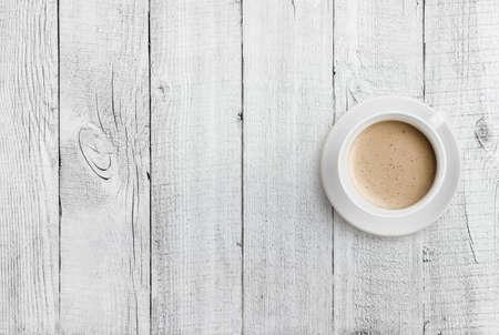 tabla de madera: vista superior taza de caf� en la mesa de madera de fondo blanco