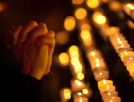 religion catolica: Rezar en la iglesia cat�lica. Concepto de la religi�n. Foto de archivo