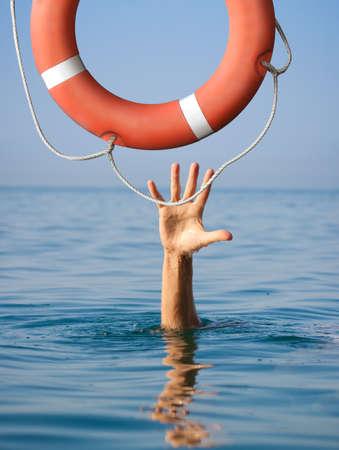 Lifebuoy por ahogamiento hombre en el mar o el océano de agua. Concepto del seguro. Foto de archivo - 35105746