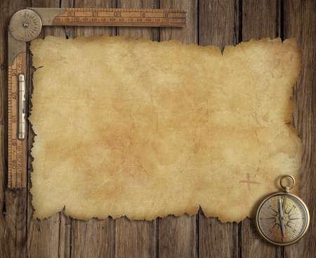 treasure map: antiguo mapa del tesoro en el escritorio de madera con regla y compás