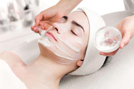 mascarilla: Mujer joven peeling m�scara de espuma aplicar en el rostro