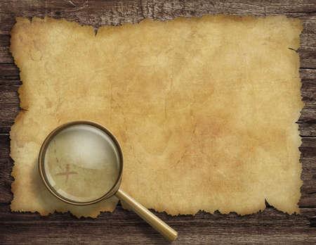 treasure map: antiguo mapa del tesoro en el escritorio de madera con lupa