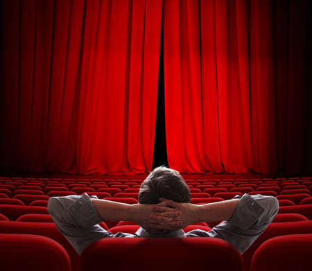 VIP 사람을위한 약간 오픈 시네마 스크린 빨간 커튼