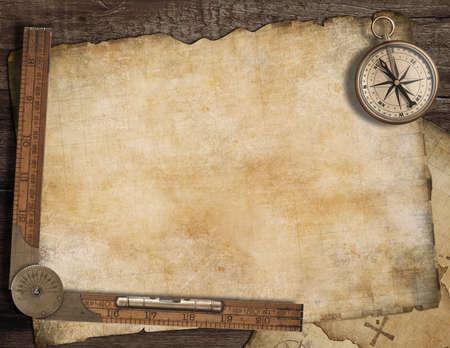 古いコンパスと定規と空白宝マップの背景。冒険の概念。