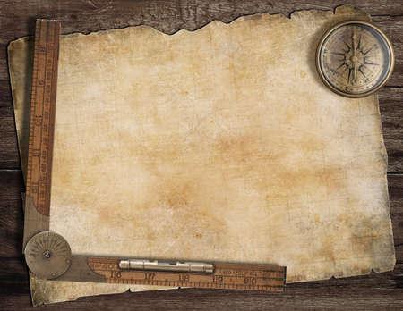 aventura: Antiguo mapa del tesoro de fondo con el compás y la regla. Exploración concepto.