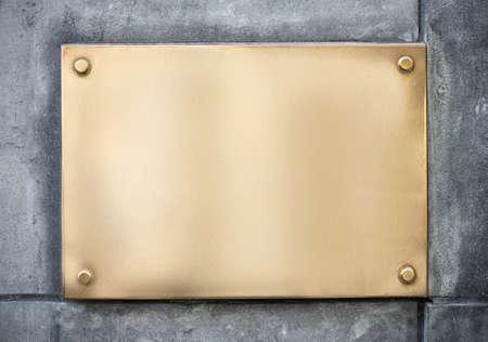 空白の金または黄銅金属記号またはコンクリートの壁に社名 写真素材 - 37204874