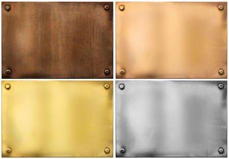 metalen platen of borden geplaatst die op wit Stockfoto