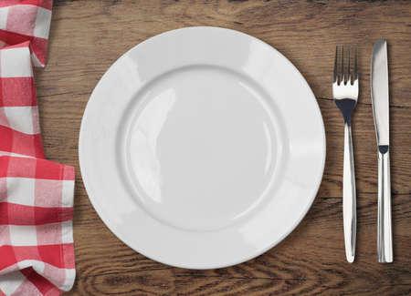 wooden desk: eettafel met dinning plaat, vork en mes bovenaanzicht