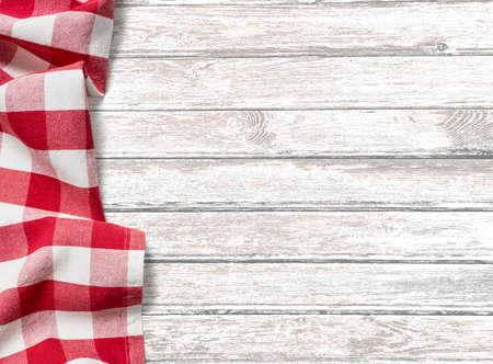wooden desk: keukentafel achtergrond met rode picknick doek Stockfoto