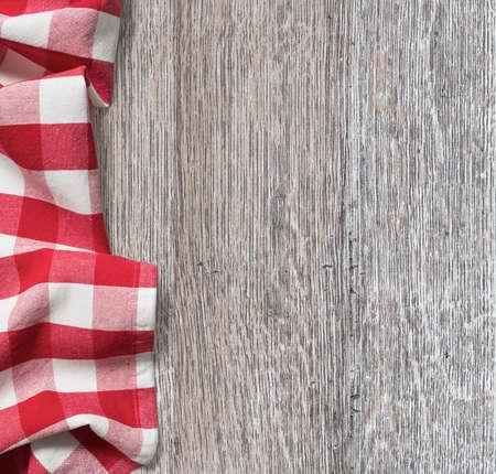 ruwe houten keukentafel met rode picknick doek achtergrond