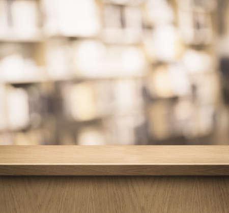 biblioteca: contador de madera o de recepción en la tienda de libros o biblioteca Foto de archivo