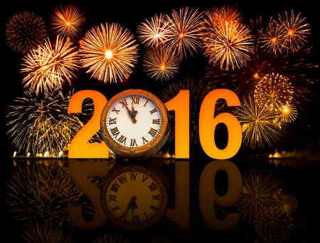 nowy: 2016 szczęśliwego nowego roku z fajerwerków starej tarczy zegara