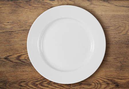 vide blanc dîner plaque sur la surface de la table en bois Banque d'images