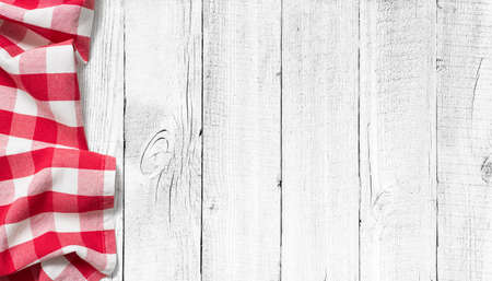 rode picknick tafelkleed aan de linkerkant van de witte houten tafel