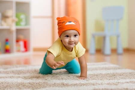 bebe gateando: bebé en casa arrastrándose en la alfombra