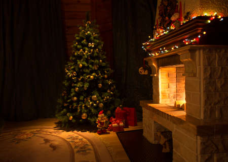 Living room with fireplace and decorated Christmas tree Foto de archivo