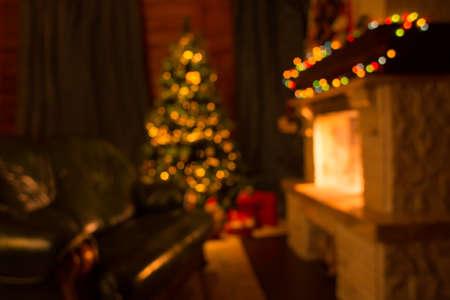 camino natale: Divano, camino e albero di Natale decorato sfondo sfocato Archivio Fotografico