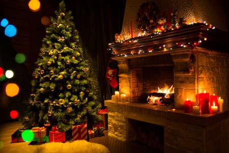 Woonkamer met open haard en versierde kerstboom Stockfoto